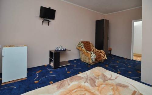 Номер Люкс. 20-22 кв.м, в номере: санузел, холодильник, ТВ, кондиционер, балкон
