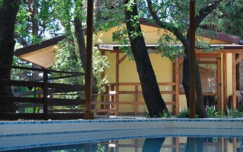 """2-й этаж у бассейна, Гостевой дом """"Кипарисовый рай"""" Алупка"""