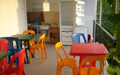 кухня на террасе (увитой виноградом) с газовой плитой и холодильником - на 3 этаже