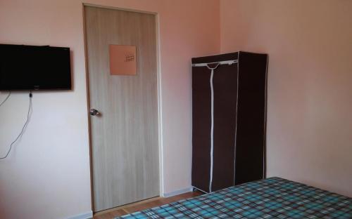 Двухместный номер в основном доме, тв, кондиционер, wifi. Санузел на этаже