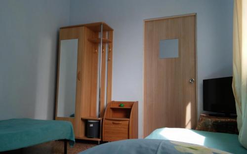 Трехместный номер в основном доме, тв, кондиционер, wifi. Санузел на этаже