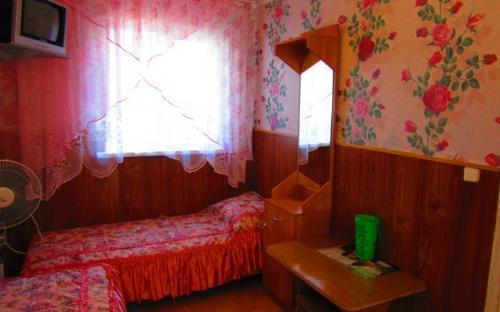 """2-х местный номер с вентилятором, Гостевой дом """"Поцелуй солнца"""" Анапа"""