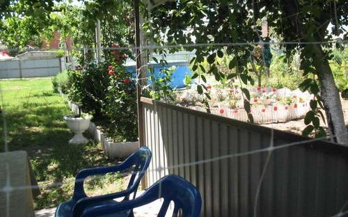Зона отдыха во внутреннем дворе-беседка под деревьями, бассейн, розы
